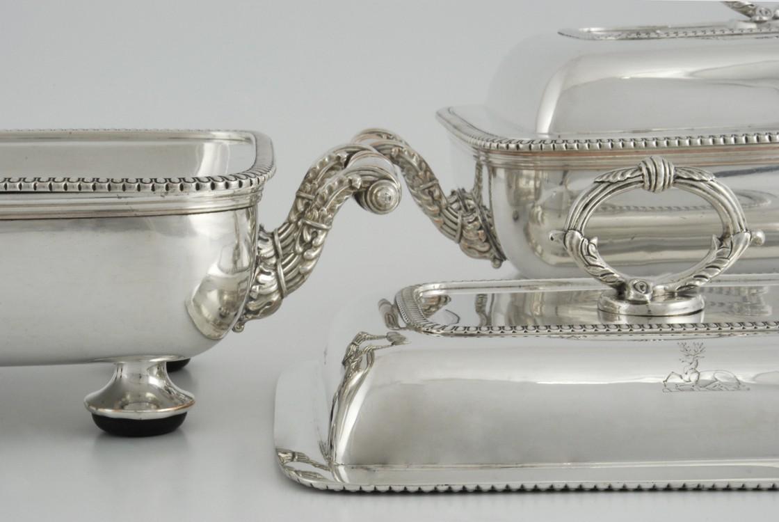 Para srebrnych, georgiańskich półmisków na platerowanych podgrzewaczach, Londyn
