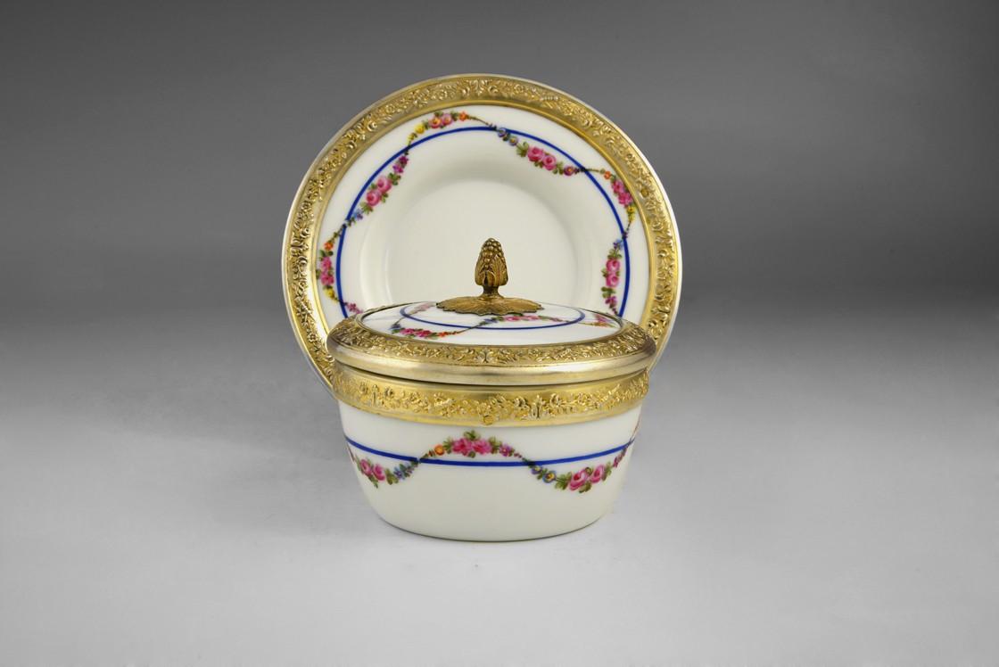 Porcelanowe puzderko na talerzyku, Francja